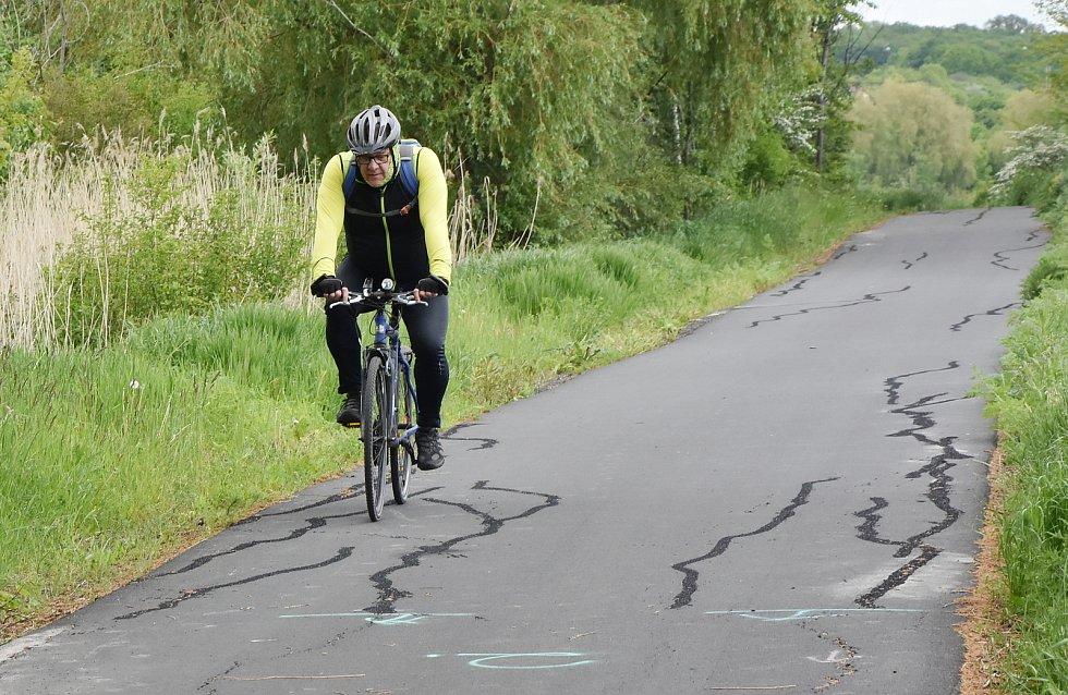 Cyklostezka je nejvíc rozpukaná na území Černovic.