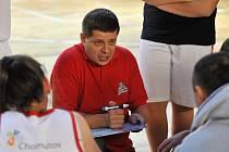Trenér Petr Drobný udílí pokyny při utkání.