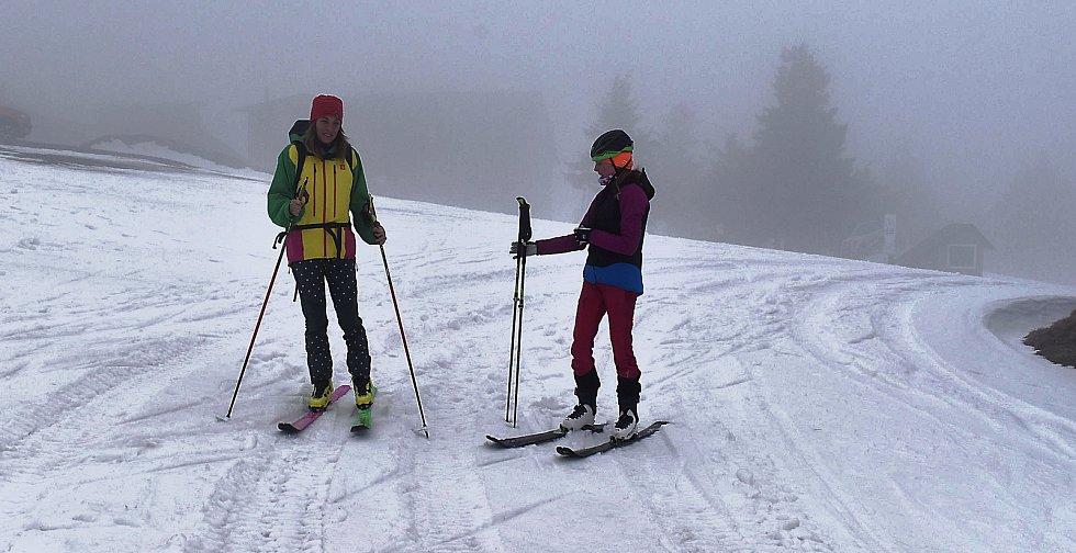 Klínovec nyní využívají hlavně skialpinisté. Hodně často místní sjezdovky zdolávají bývalá česká snowboardistka Petra Elsterová s dcerou Emou z Vejprt na Chomutovsku.