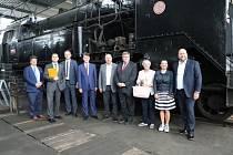 Představitelé kraje navštívili Železniční depozitář Národního technického muzea v Chomutově.