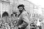 Jeden z aktivistů Jindra Marek na pódiu před zaplněným chomutovským náměstím. Při generální stávce v listopadu roku 1989.