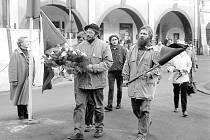 Jindra Marek a Karel Meloun s vlajkami uctívají výročí upálení Palacha (rok 1990).