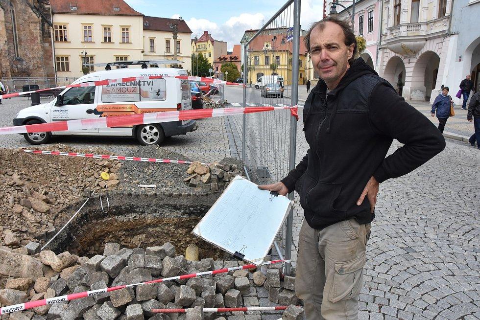 Archeologové mohli důkladně prozkoumat historické vrstvy pod povrchem náměstí 1. máje v Chomutově. Na snímku je Jiří Crkal z Ústavu archeologické památkové péče severozápadních Čech v Mostě.