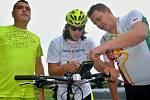 Milan Dzuriak (uprostřed) na jeho poslední cestě ze Slovinska do Jirkova.