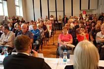 Náměstek Marian Bystroň (zády s mikrofonem) je správnosti zřízení noclehárny přesvědčený. Vysvětlit a uklidnit se snažil i desítky lidí z okolí nemocnice, kteří se toho naopak bojí.