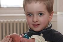 Se starším bráškou  Markem je na snímku malý Štěpán Brzokoupil z Jirkova. Chlapec se narodil mamince Petře Brzokoupilové 11.3. 2009 v 9.18 hodin, měří 51 centimetrů a váží 3,250 kilogramů.