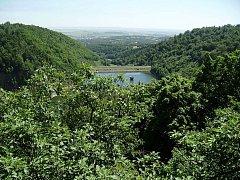 Výhled na jirkovskou přehradu z Najštejnských bučin.