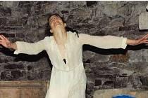 """Klára Alvarenga Alexová a její loňské emotivní performance nazvané """"V těle je tma. A co dál?"""" Jaké bude její vystoupení letos? Můžete se sami přesvědčit v sobotu 16. srpna."""