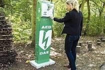Ředitelka Zooparku Iveta Rabasová u automatického defibrilátoru.