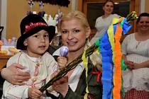 V areálu horského hotelu na Lesné bylo o víkendu živo. Na Boží hod velikonoční se o malé i velké návštěvníky jarmarku starala organizátorka akce Kateřina Herzánová na snímku.