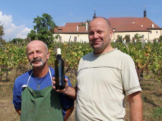 VÍNO S CHUTÍ KRAJE. Vinohradník Oldřich Slavík a vinař Marcel Čadílek s lahví bílého Kadaňského vína. Než víno představí na Svatováclavském vinobraní, ozdobí ho ještě etiketa.