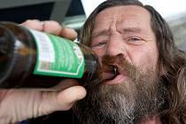 Za popíjení alkoholických nápojů na veřejnosti hrozí postihy.