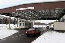 PŘÍŠTĚ BEZ OMEZENÍ? Zatím musí řidiči při průjezdu do Německa brzdit. Německá strana odstraní překážky na silnici.