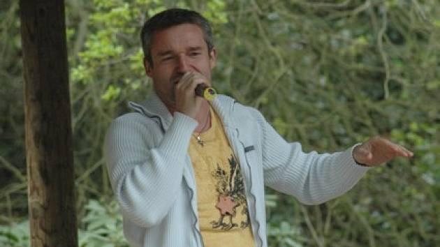Vladimír Hron zazpíval dětem v zooparku.