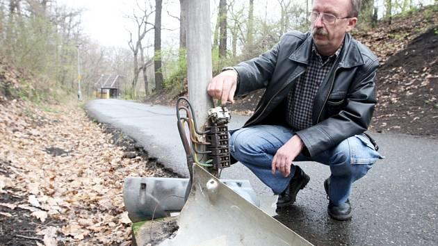 Vedoucí provozovny veřejného osvětlení chomutovských Technických služeb Jan Dvořák si prohlíží jednu z mnoha poničených lamp, které poškodili vandalové.