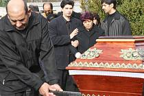 Rozloučení s oběťmi na hřbitově v Lounech.