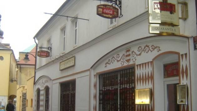 Vchod do pizzerie vede z uličky vedoucí z náměstí 1. máje.