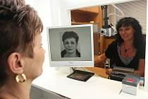 Pracovnice chomutovského magistrátu právě připravuje fotografii do elektronického průkazu.