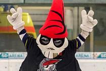 Picaroon, maskot Pirátů Chomutov, slaví vítězství v baráži o extraligu.