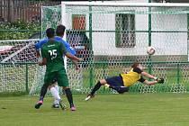 Úspěšný střelec Perštejna s číslem 25 Lukáš Krok střílí čtvrtý gól domácích.