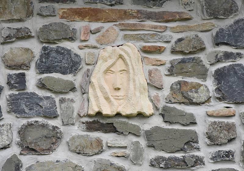 Součástí věžovitého suchého sklepa je i  stylizovaná pískovcová podobizna ženy Jiřího Spilky.