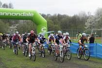 """Na startu Perštejnského Gira 2013 byly bikeři plní energie, do cíle přijížděli ale pořádně """"vycuclí""""."""