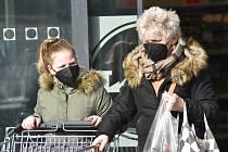 Lidé v Chomutově používají hlavně respirátory.