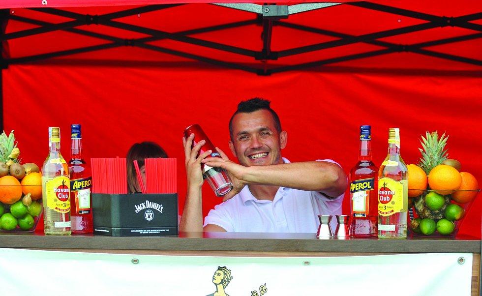 Za rozjařenou náladu hostů mohl barman, který míchal chutné drinky.
