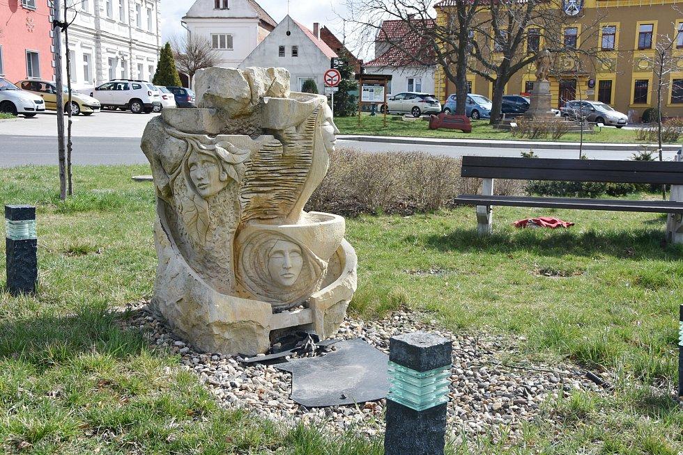 V centru Hrušovan je rozmístěna řada soch. Některá díla vznikla teprve v nedávných letech, jako toto na snímku, jiná pamatují doby dávno minulé.