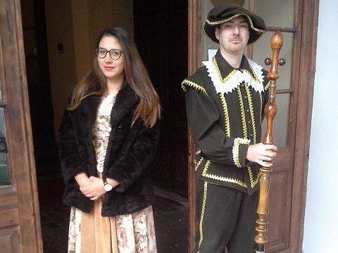 Zámkem budou provádět hraběnka a její komorník.