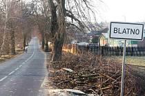 Správa a údržba silnic Ústeckého kraje požádala v zájmu bezpečnosti silničního provozu obecní úřad na Blatně o souhlas s vykácením části lipové aleje. Bývalý starosta obce k tomu dal souhlas.