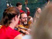 Vystoupení orchestru a pěveckého sboru v letním kině v Chomutově