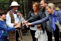 Středem pozornosti nedělních oslav Dne zvířat v zooparku byla tentokrát losí samička Hannah Sára. Pokřtít ji přijel hokejista a zlatý olympionik z Nagána Jiří Šlégr s manželkou Lucií a jejím synem Richardem.