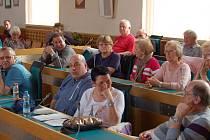 Střídaly se otázky, podněty, stížnosti, občas i pochvalná slova. Někteří z přítomných si vzali slovo vícekrát, jako paní Cibochová, která se zaměřila na fakta o jezeře.