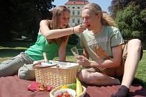 Jedni z prvních, kdo si vyšli s piknikovým košem před zámek, byli Anna Červenková a Alexey Kovbasjuk.