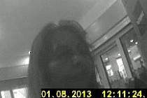 Žena, jak ji zachytila kamera u bankomatu.