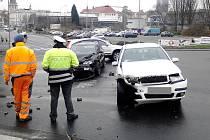 Zatím poslední nehodu na frekventované chomutovské křižovatce pod gymnáziem způsobila řidička Škody Fabia, která nedala přednost vozu taxislužby. Střet si vyžádal lehčí zranění obou řidičů. K nehodám na této křižovatce vyjíždějí policisté poměrně často.