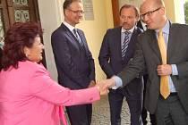 PREMIÉR Bohuslav Sobotka se zdraví s chomutovskou radní a náměstkyní hejtmana Janou Vaňhovou. Před budovu radnice ho přišel přivítat primátor Jan Mareš s oběma svými náměstky.
