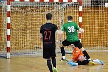 Na snímku střílí ve finále chomutovský Lukáš Vlach (č.36) první gól Baníku Chomutov a snižuje na 1:3.