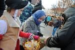 Jedni vytvořili vánoční ozdoby a napekli dobroty, další je skoupili. Na snímku jsou jirkovští školáci při prodeji perníčků.