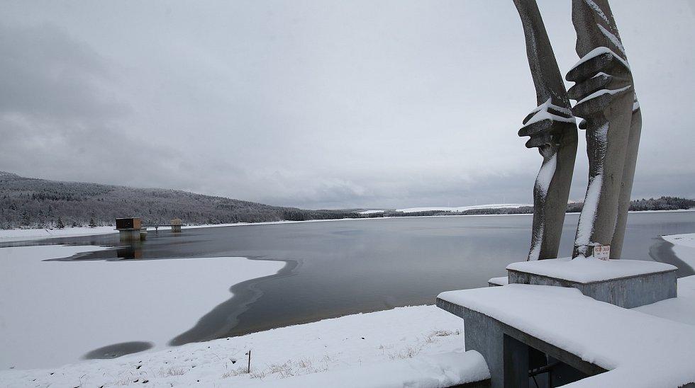 Vodní nádrž Přísečnice u Kryštofových Hamrů na Chomutovsku skýtá v zimě nádherné pohledy jak na přehradu, tak na zasněžené okolí.