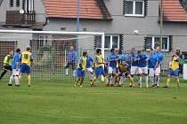 Fotbalisté Dobroměřic (v modrém) se brání při při trestném kopu Klášterce.