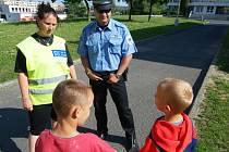Již v pondělí radili dětem na sídlišti, jak se vyhnout nebezpečí v průběhu prázdnin,