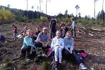 Sedmáci z Jirkova vyrazili sázet nové lesy.