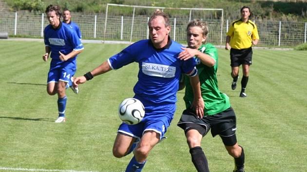 FK Chomutov - Jiskra Hazlov, domácí v zeleném.