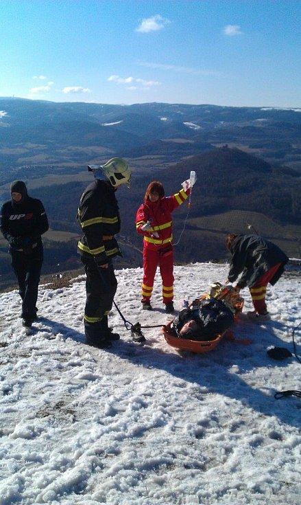 Zásah hasičů u zraněného paraglidisty.