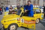 Dan Pribáň se svým dnes už legendárním žlutým trabantem