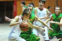 Levharti Chomutov U 17 (v bílém) se probojovali mezi posledních osm týmů 1. ligy