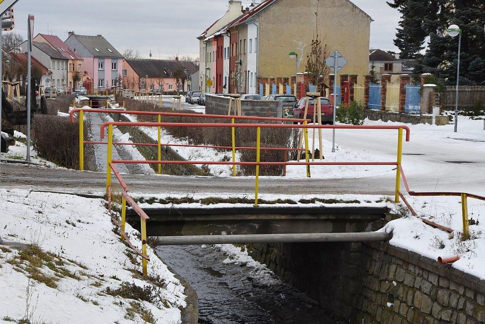 Přes Hačku vede ve Spořicích osm mostů. Všechny potřebují opravit.