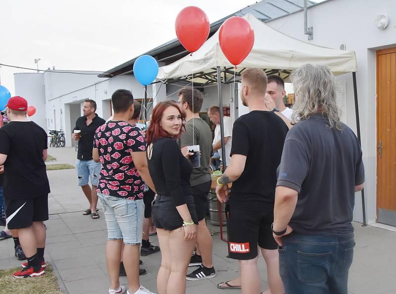 Ve Strupčicích se při zahájení sezóny ve sportovním areálu rozloučili s dobou covidovou. Vyslali k oblakům stovky balonků.
